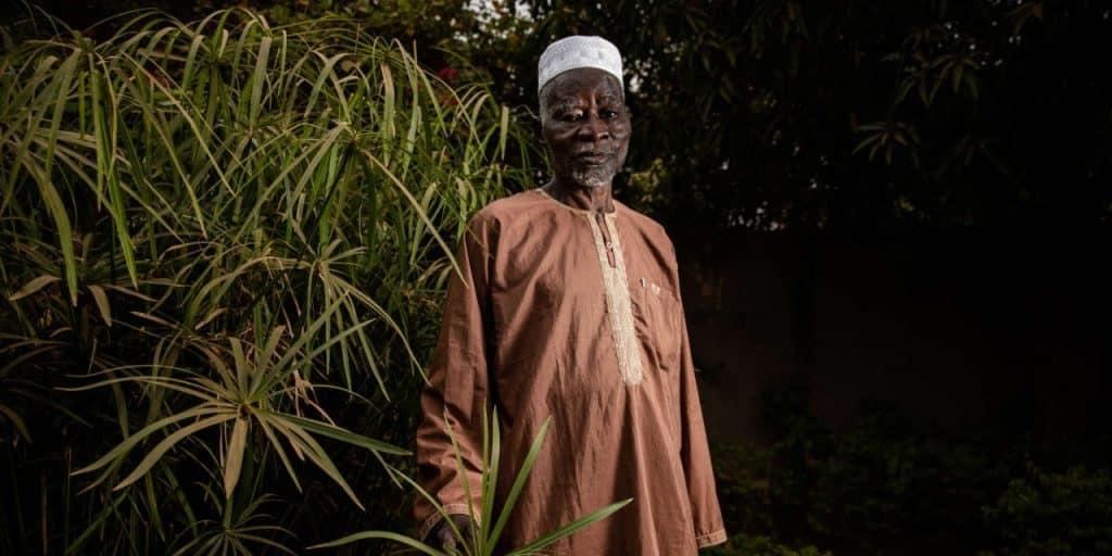 Na imagem aparece o mestre Yacouba Sawadogo de Burkina Fasso, o plantador de florestas que diminuiu a desertificação do norte de seu país.