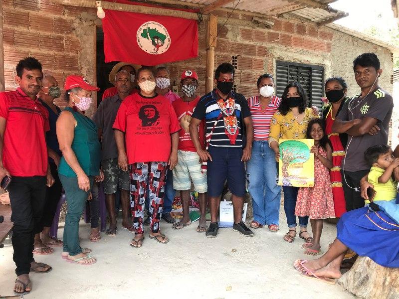Lideranças Maxakali e militantes do MST juntos em uma reunião antes da retomada em Teófilo Otoni.