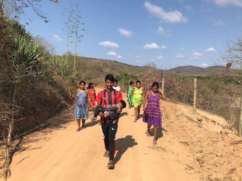 Indígenas Maxakali caminhando para a nova terra.