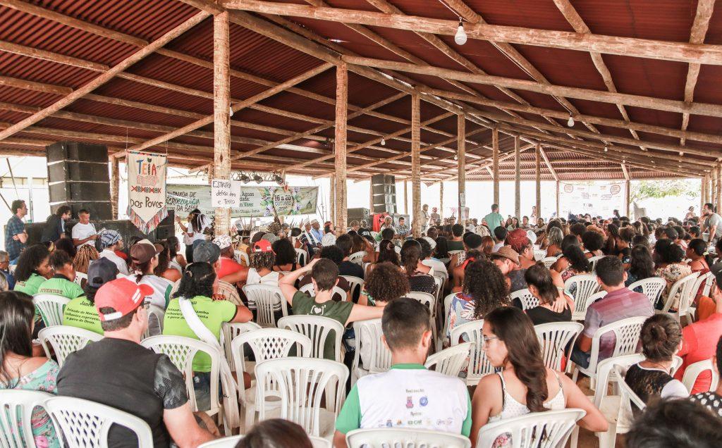 Multidão sentada ouvindo as lideranças na Jornada de Utinga_BA em 2019.