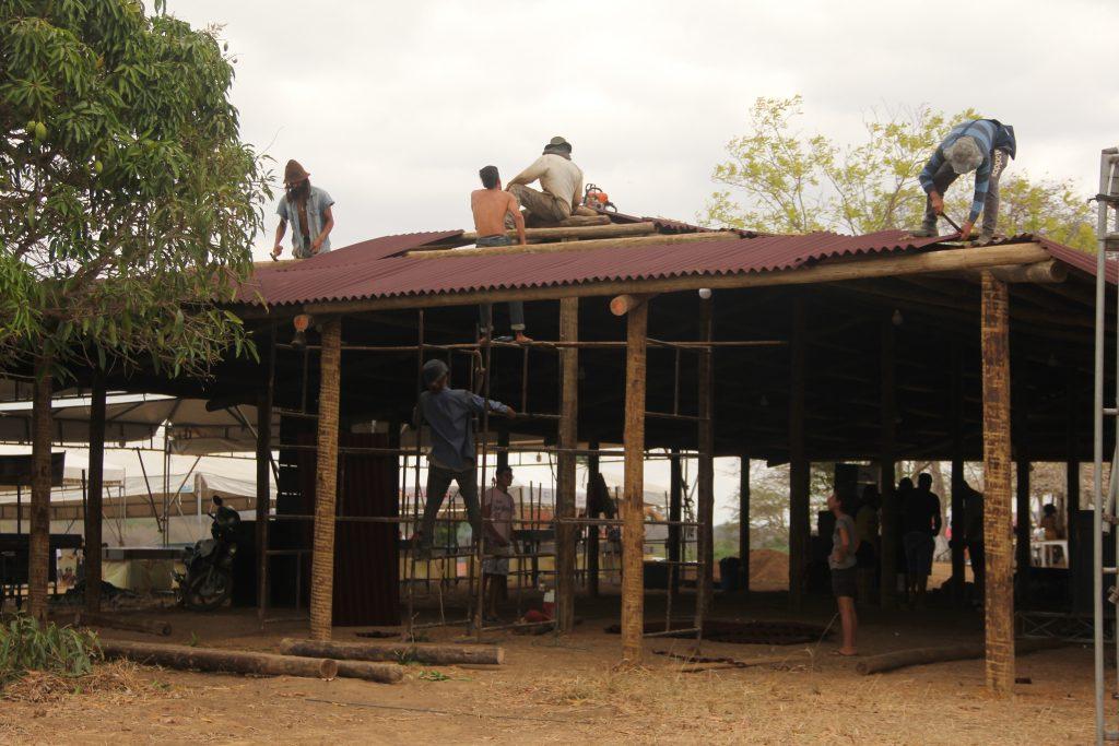 Militância construindo o telhado da estrutura da última Jornada de Agroecologia em Utinga-Ba em 2019.